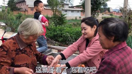 婆媳上山摘柿子,路过娘家门口不忘给娘家妈送点,这婆婆真实在
