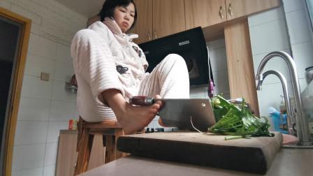 残疾夫妻vlog:老公天不亮就出门上班,无臂女孩用脚做中午饭