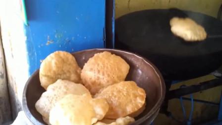 印度大叔的摊饼炸饼,桶里的酱汁才是主角!