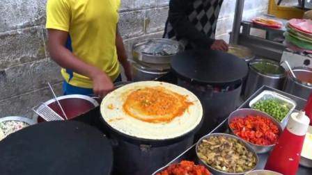 印度大叔自制煎饼果子,料子看着很丰富!