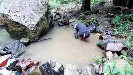 丛林生存,小伙溪水中挖个游泳池泡澡,这种生活让人羡慕!