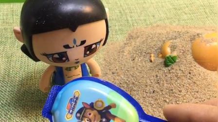 大宇躺在沙子里,发现了葫芦娃和熊二的秘密,你知道是什么吗?