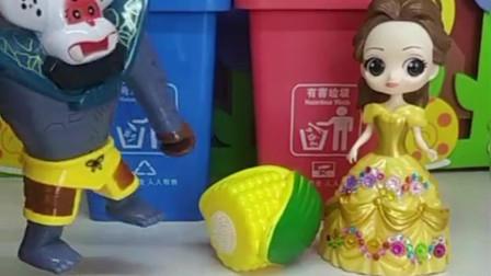 贝儿吃完玉米把垃圾扔在地上,蝎子精让她扔垃圾桶里,可她说不知道玉米属于什么垃圾?