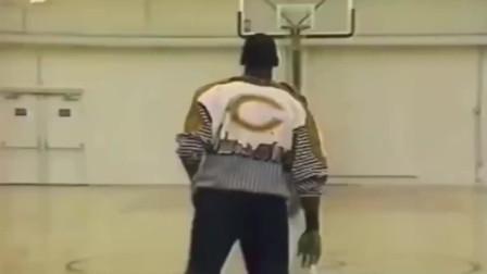 """乔丹与1.75米哥哥单挑,若哥哥再长20厘米,恐也是一代""""篮球之神""""!"""