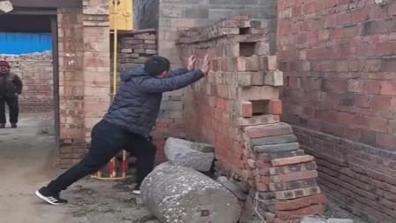 门前的墙不安全,孙子担心奶奶被砸到,直接徒手推倒,真孝顺!