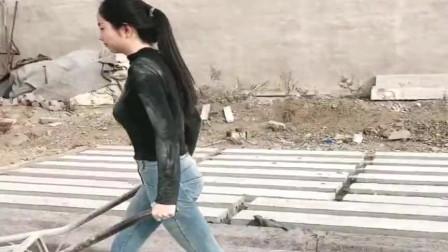 明明可以靠身材去城里一展拳脚,结果小媳妇却甘愿做这种苦力活,让人想不通