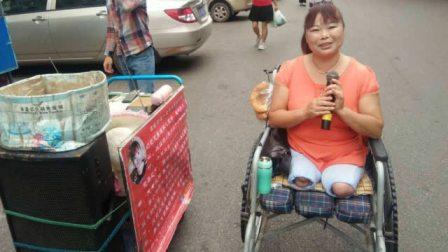 残疾美女街头卖唱,如此纯美的音色难得!