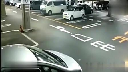 监控实拍停车场灵异事件,白衣女瞬间消失!