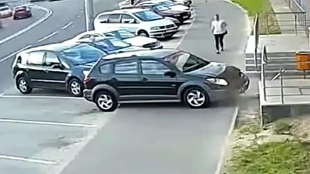 """监拍""""灵异事件""""女司机明明停在了停车位,下一秒却不见了"""