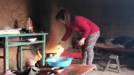 农村小媳妇这生活环境太差了,做饭都是个艰难的事情,真危险!