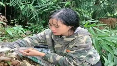 外面下大雨了,农村小媳妇还在山上摘野果,为了生存真不容易!