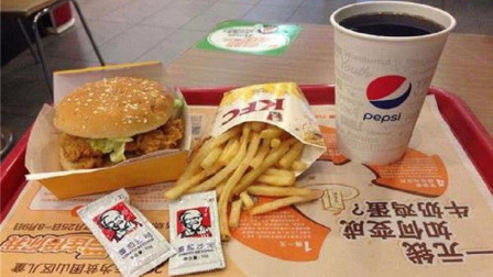 为什么吃KFC时,餐盘上总垫一张纸,服务员:多数人不懂装懂!