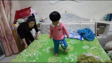 宝妈在换床单,宝宝看见了就来捣乱,宝宝有那么好玩吗?