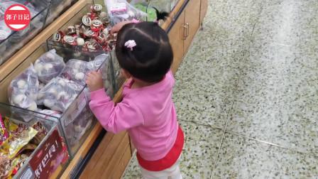 一家三口去超市,宝宝看上好吃的妈妈都不找了,好可爱!