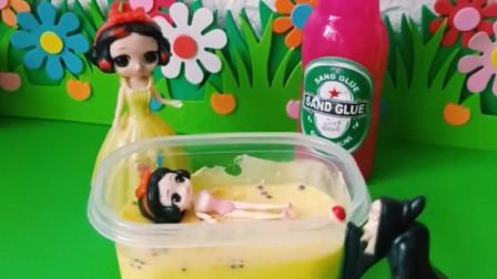 小白雪在泡澡,结果老巫婆也要泡 ,最后还把防蚊子的药给自己倒在了身上