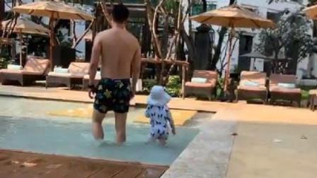 张柏芝携子度假晒照,三胎生父牵小儿子漫步,网友:我猜的测没错