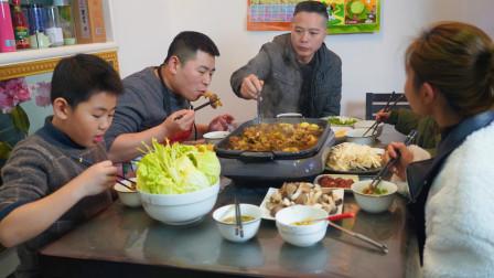 """超小厨200元6斤牛排做""""酸菜牛排火锅""""一家人喝酒吃肉,真过瘾"""