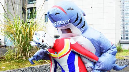 奥特曼真人剧场:奥特曼喝水,被怪兽把水瓶打掉!