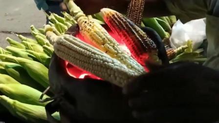 非洲小伙自制烤玉米的,还得挤点柠檬汁