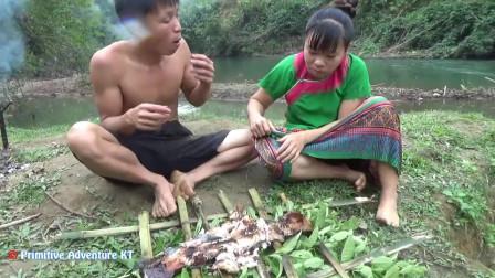 荒野夫妻河边烤大鱼,香味四散,滋滋冒油,太馋人了
