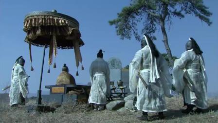 《三国》曹操厚葬关羽,并带着许褚和曹仁去祭拜,曹操:我也喜欢忠义之人