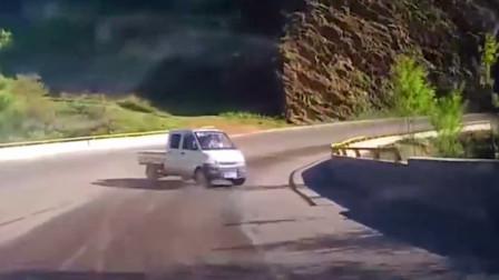 路怒症司机就是狠 一脚油门下去不看结果