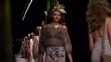 欧美年轻模特,穿简约的泳衣,仙气十足