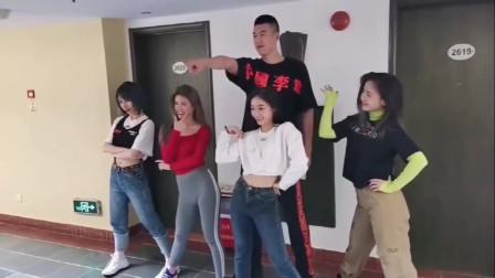 难怪打不好篮球,原因在这里啊!八一队付豪跟四个美女跳舞,这协调性还行不?
