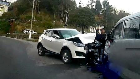 行车记录仪实拍:不按导向车道任性转弯,这次全责没商量!