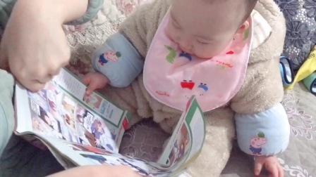 爱看漫画书的宝宝真是可爱,才8个月就有模有样,太萌了!