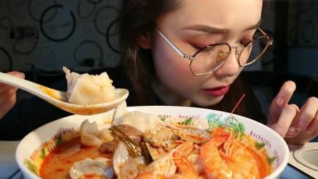 美女吃大份海鲜冬阴功汤,吃相太诱人了