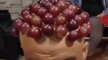 大爷在头上沾满了葡萄,看面相还有点慈悲相,还真的有点像!