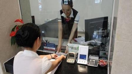 """为什么银行总让储户,在ATM机取款?退休人员说出其中的""""猫腻"""""""