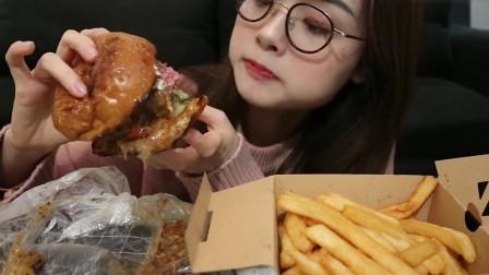 美女挑战大汉堡,配着肉饼更好吃!