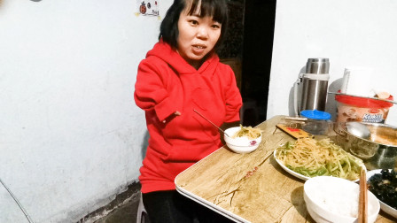 无臂女孩去姑姑家蹭饭,姑姑做饭真好吃,亲情的温暖总在不言中