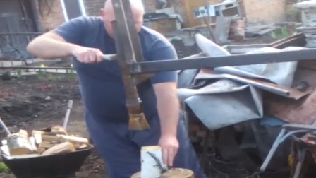外国大叔自制劈柴神器,物理知识灵活运用,轻轻一压就能劈开木头