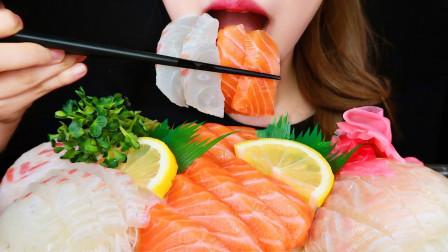 美女吃播吃三文鱼刺身和比目鱼刺身,抹上芥末之后大口吃,好吃到爆啊!