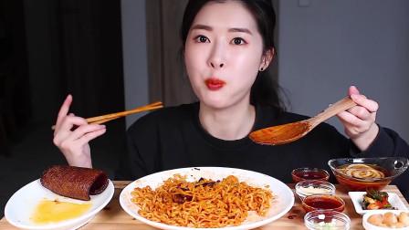 《乐乐经典美食坊@4》火鸡面+烤猪皮