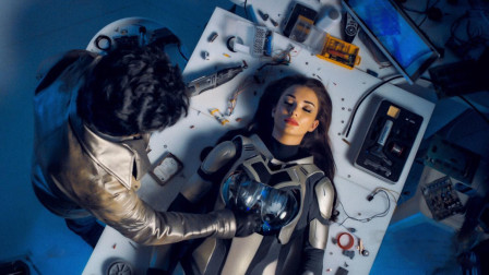 印度的科幻片果然不会让人失望,这个女机器人还真是眉清目秀
