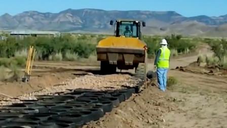 国外修路工人新理解,用橡胶轮胎打底有什么作用呢?网友:学到了