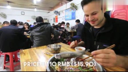 老外在中国:吃货老外带女盆友吃重庆猪蹄火锅,因为她超爱吃