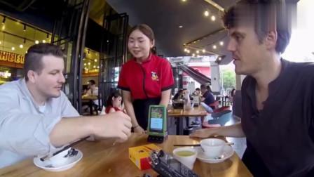 老外在中国:老外用一盆干锅鸭掌证明中餐的伟大,感谢中国让他不用再吃汉堡包