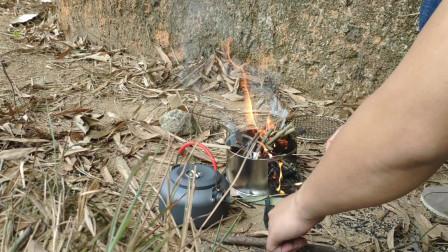 小伙露营丛林中 捡柴烧水泡杯热茶放松身心