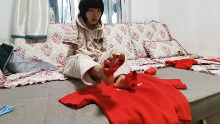 无臂女孩用双脚改衣服,熟练的动作,一件长袖用脚几下子就变短袖