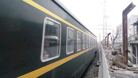 Z165/4次(上海——拉萨)咸阳站5道停车