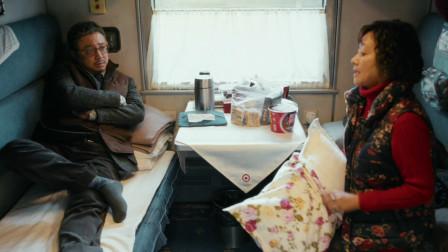 《囧妈》徐峥在俄罗斯的火车上,偶遇了自己的母亲,两人花式互怼