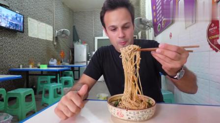 老外看中国:老外街边品尝牛肉面,被四川红油辣子所吸引!