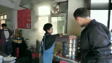 老外在中国:老外来到开封美食街吃扣肉,却意外爱上灌汤包,夸赞开封是美食城