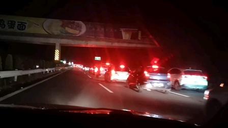 湖南到广东交界分流处宜章许广高速塞车16公里