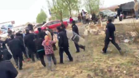 云南昭通违建拆除现场 民众与城管发生暴力冲突 有人受伤